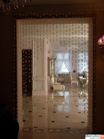 Декоративные шторы из бусин - очень красивый и необычный элемент интерьера.  Днем прозрачные детали отражают...